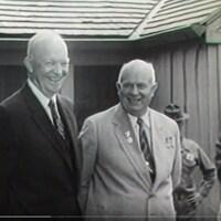 Les présidents américains et soviétiques se tiennent côte à côte et sourient.