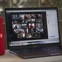 Un ordinateur portable ouvert qui montre une classe virtuelle.