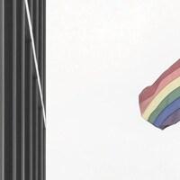 Le drapeau de la Fierté flotte au vent.