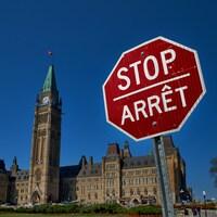 Le stop est au-dessus du mot arrêt.