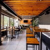 Un restaurant est vide.