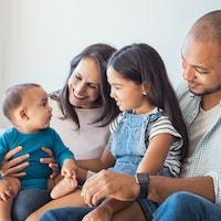 Des parents s'amusent avec le bébé de la famille.