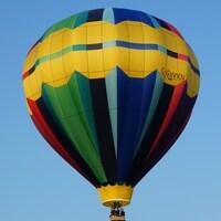 Une montgolfière en plein vol.