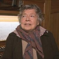 Mireille Lagacé se trouve devant le clavier d'un orgue.