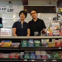 Lin Li et Ke Fang dans leur dépanneur, à Saint-Jérôme