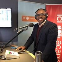 L'invité au micro de Radio-Canada à Halifax.