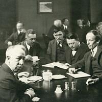 Six membres du Groupe des Sept rassemblés autour d'une table au Art and Letters Club de Toronto, en 1920.