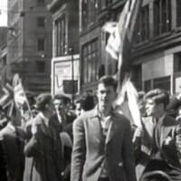 Foule célébrant à Montréal la victoire le 8 mai 1945.