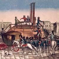 Une illustration ancienne montre une foule massée autour d'une guillotine en plein air.
