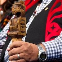 Un Autochtone tient une canne traditionnelle lors du dépôt du rapport final de la Commission de vérité et réconciliation.