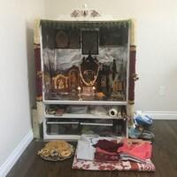 L'autel préparé par Srini et sa famille, ainsi que des vêtements et plats traditionnels.