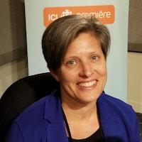 La professeure Elaine Coburn aux studios d'ICI Toronto.