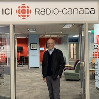 Guy Proulx aux studios d'ICI Ontario.