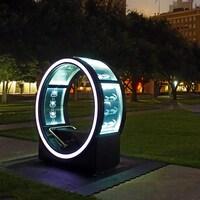 Des installations artistiques Loop dans un parc.