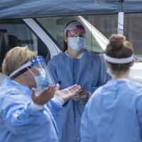 Des professionnelles de la santé portant leur blouse bleue et un masque.