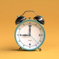 Un réveille-matin analogique constitué d'une horloge blanche au contour bleu surmontée de deux cloches en métal chromé.