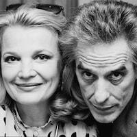 Photo en noir et blanc montrant Gena Rowlands et John Cassavetes en gros plan.