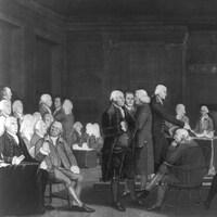 Image d'époque montrant de nombreux hommes en perruques dans une pièce.