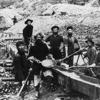 Photos en noir et blanc montrant des prospecteurs du Klondike au travail en 1897.