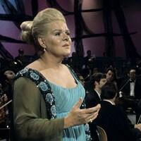 Maureen Forrester chante devant un orchestre dans un studio de télévision.