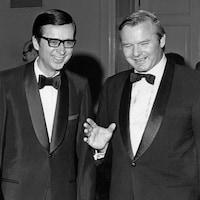 Photo en noir et blanc des deux dirigeants politiques souriant en parlant.