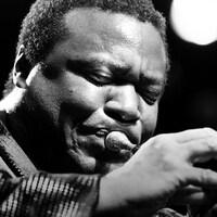 Le trompettiste joue de son instrument, les yeux fermés.