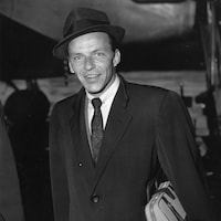 Le chanteur Frank Sinatra (1915-1998).