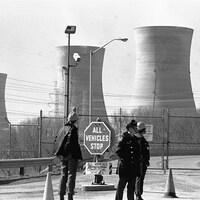 Cliché en noir et blanc de la centrale nucléaire de Three Mile Island.