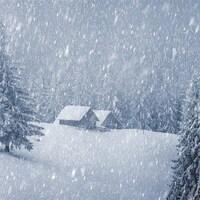 Un chalet dans la neige.