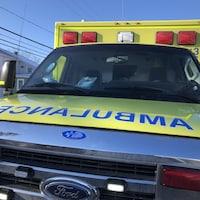 Une ambulance vue de face.