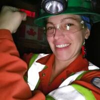 Amy vêtu de son uniforme minier.