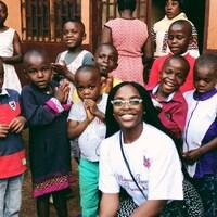 Joannie Fogue au milieu d'enfants, au Cameroon.