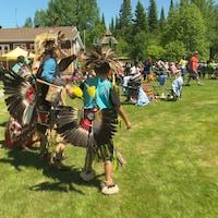 Deux Anichinabés dansent ensemble à l'occasion de la Journée nationale des peuples autochtones soulignée au site culturel Kinawit, à Val-d'Or.