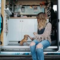 Elle donne la main à un petit chihuahua.
