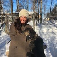 Katherine Langlais pose avec un chien dans le chenil extérieur