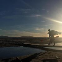 Un kayakiste sur les berges d'une plage à Sept-Îles