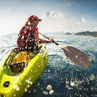 Une femme fait du kayak sur une étendue d'eau