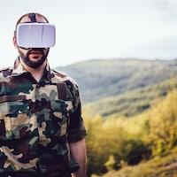 Un soldat portant un casque de réalité virtuelle