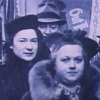 Photographie de Léa Roback habillée tout de noir lors de la grève des midinettes de 1937