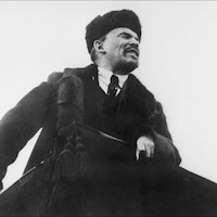 Lénine prononce un discours à Moscou lors du premier anniversaire de la révolution russe, en octobre 1918