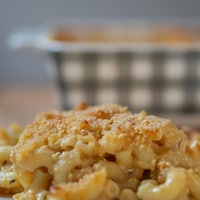 Photo d'une portion de macaronis au fromage dans une assiette.
