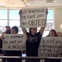 Des militants de DxE Montréal dans un restaurant Ashton de Québec.