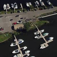 Vue aérienne d'une marina.
