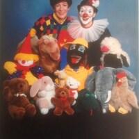 Suzanne Pinel, alias Marie-Soleil, en compagnie du clown Samuel et d'autres marionnettes.