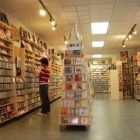 Images de plusieurs rangées de CD dans les magasin de disques Soundscapes