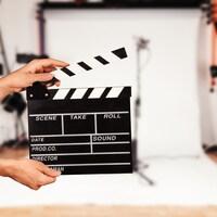 Photo d'un clap de cinéma sur un tournage.