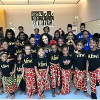 Photo de groupe de fillettes portant un t-shirt avec l'inscription «Afiwi».