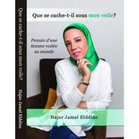 Couverture du livre, avec le portrait de Hajar en couverture elle est assise et porte une chemise blanche et un foulard vert satiné.