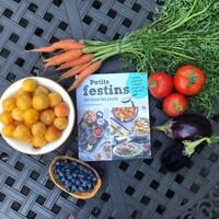 Le livre «Petits festins de tous les jours» entouré de fruits et légumes.