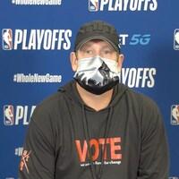 Nick Nurse, l'entraîneur-chef des Raptors, en conférence de presse portant un masque de l'artiste torontoise Nadia Lloyd.